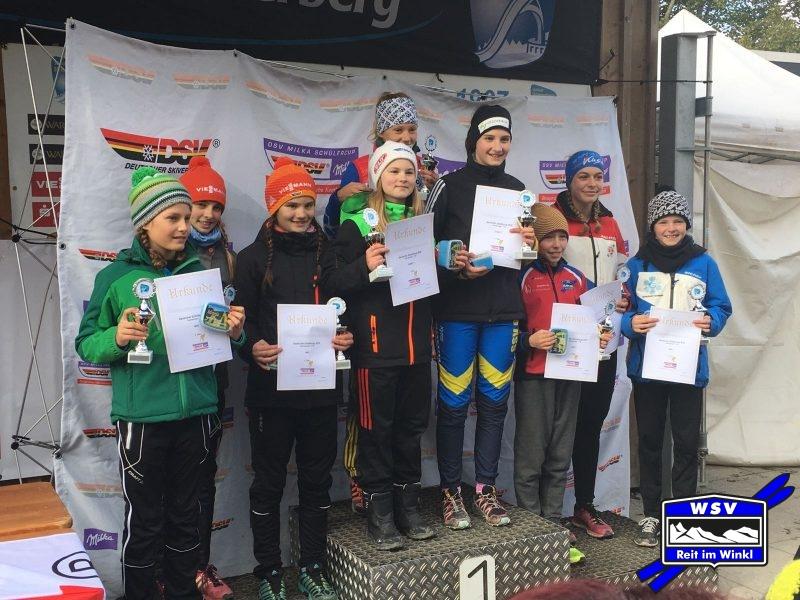 Trine Göpfert und Melanie Mayer werden gemeinsam mit Amelie Thannheimer (SC Oberstdorf) 3. im Teamspringen