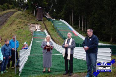 77 ehrenamtliche Helfer arbeiteten 1500 Stunden – Pfarrer Martin Straßer segnete die neuen Sprungschanzen