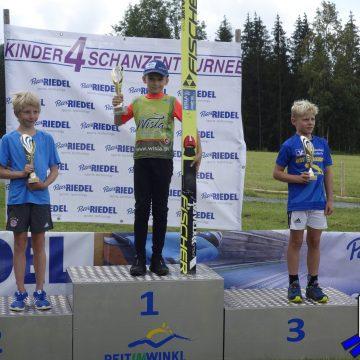 Internationale Kindervierschanzentournee in Reit im Winkl  Klassensiege für Nikolai Holzer und Zeno Rumpfinger